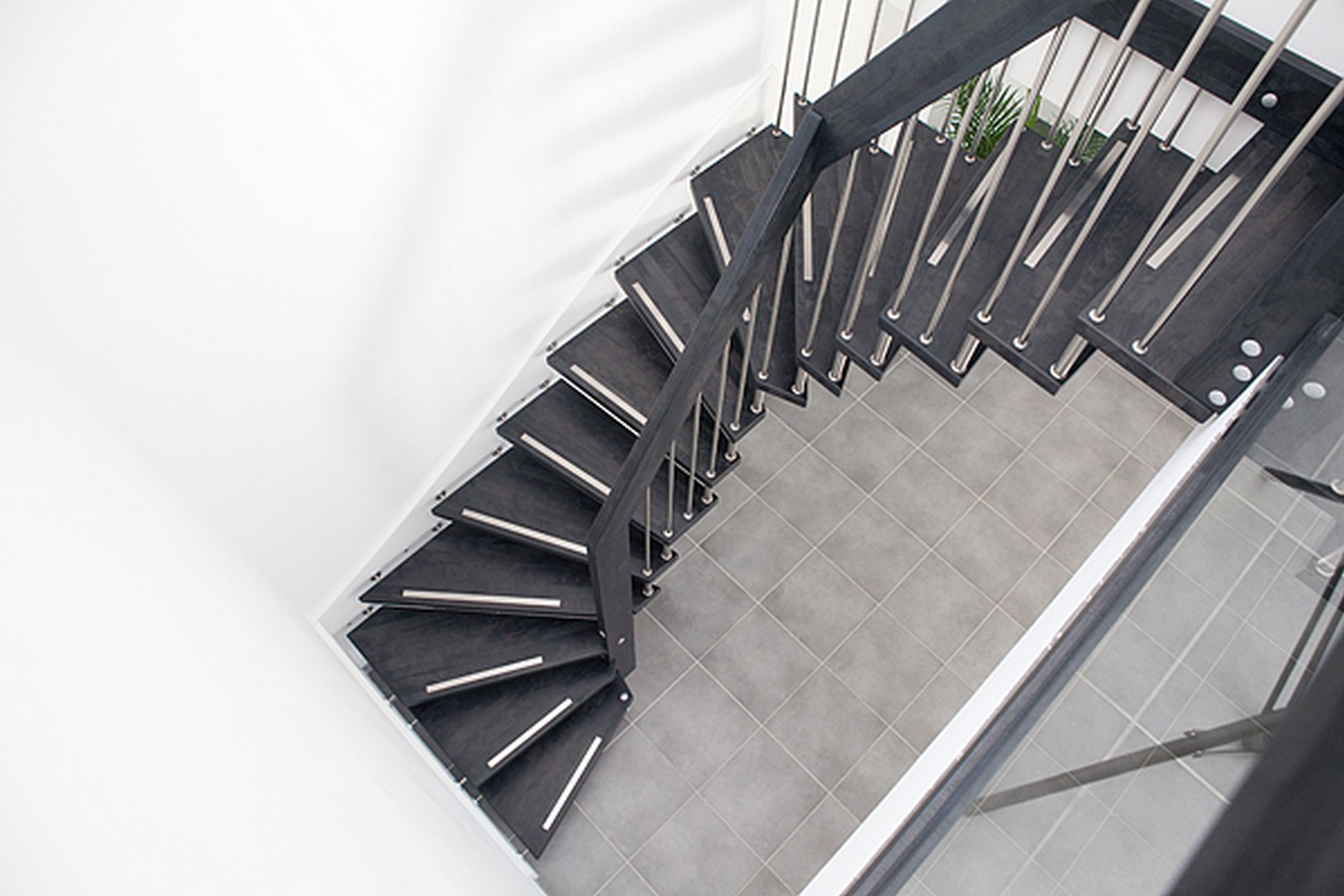 escalier suspendu viva. Black Bedroom Furniture Sets. Home Design Ideas